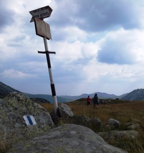 Munții Retezat. Indicator turistic spre vârful Retezat, aflat lângă lacul Bucura. Foto cu telefonul: Călin Hera