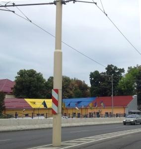 Vedere din Craiova. A doua cea mai întricolorată clădire, fotografiată de pe șoseaua suspendată. Foto cu telefonul: Călin Hera
