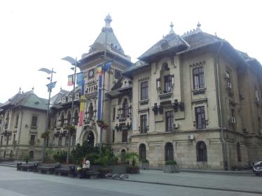 Craiova. Clădire istorică plină de tricolor. Foto cu telefonul: Călin Hera