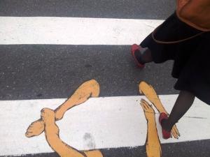 Zebră îmbrățișată și picioare de femeie. Trecere de pietoni în Craiova. Foto cu telefonul: Călin Hera