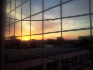 Vedere din București. Apus de soare văzut de la ultimul etaj al unei școli. Foto cu telefonul: Călin Hera