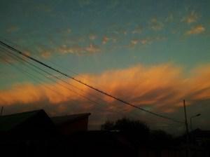 """Vedere din București. O """"aureolă boreală de Berceni"""", văzută în zona Apărătorii Patriei. Foto cu telefonul: Călin Hera"""