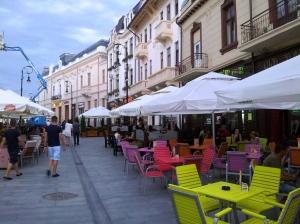 Vedere din Craiova. Alte clădiri din centrul vechi, cu terase. Foto cu telefonul: Călin Hera