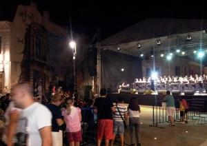 Vedere din Craiova. Scenă montată în zona pietonală a centrului vechi, cu concert. Foto cu telefonul: Călin Hera