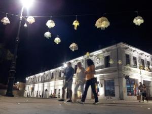 Vedere din Craiova. Zonă pietonală în centrul vechi, noaptea, cu umbrele luminoase. Foto cu telefonul: Călin Hera