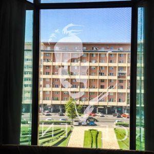 """Vedere din București. Portretul lui George Enescu """"proiecat"""" pe blocul de lângă Sala Palatului. Foto: Cătălin via Ioana Silistraru"""