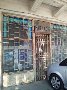Vedere din București. Farmacie veche, aflată pe Calea Dudești, zăbrelită de mai mulți ani. Foto cu telefonul: Călin Hera