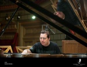 Fazil Say umblă în pian pentru a obține sunetul din Black Earth. Foto: Andrei Gândac