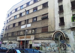 Vedere din București. Graffiti murdar la intrarea în Pasagiul Victoriei. Foto cu telefonul: Călin Hera
