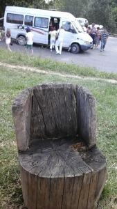 Scaun din lemn așezat întru oleacă de odihnă lângă Mănăstirea Arnota, județul Vâlcea. Foto cu telefonul: Călin Hera