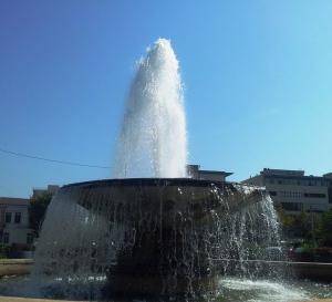 Vedere din Bucureşti. Fântână arteziană lângă Parcul Carol. Foto cu telefonul: Călin Hera