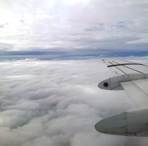 Vedere de sus. Culoar de zbor printre nori. Foto cu telefonul: Călin Hera