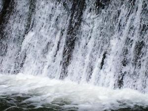 Cădere de apă pe un râu de munte-deal din judeţul Vâlcea. Foto cu telefonul: Călin Hera