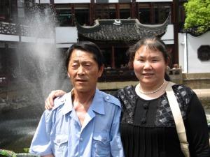 Cuplu de chinezi nu foarte în vârstă în Grădinile Yuyuan, Shanghai. Foto: Călin Hera