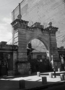 Vedere din Bucureşti. Poartă veche, rămasă stingheră. Foto cu telefonul: Călin Hera