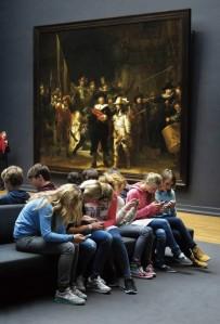 Adolescenţii smartphone vs. Romdul de noapte (Rembrandt). Sursa: Twitter