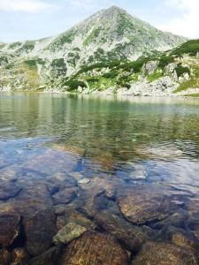 Munții Retezat. Lacul Bucura, văzut de la nivelul luciului de apă. Foto: Călin Hera