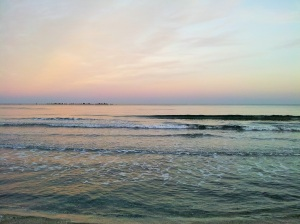Vedere din Constanța. Noiembrie, ultimul val înainte de apusul soarelui. Foto cu telefonul: Călin Hera