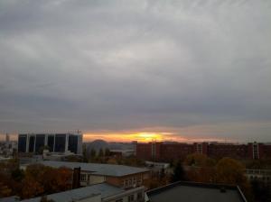 Apus de soare văzut dintr-o sală de seminar, FJSC. Foto cu telefonul: Călin Hera