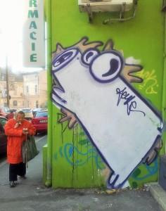 Vedere din București. Doamnă preocupată peste care se prăvălește Aeul diagonal de pe strada Colței. Foto cu telefonul: Călin Hera