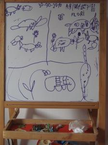 Animale și flori pe planșa de lucru a Carinei