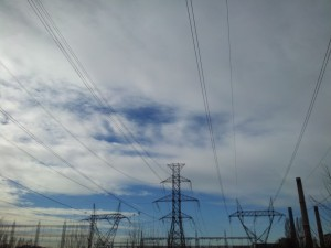Vedere din București. Înaltă tensiune sub un cer cu nori simpatici, care lasă a se întrezări seninătatea. Foto cu telefonul: Călin Hera