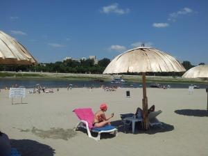 Umbrelă de soare pe plaja de la Călărași. Foto cu telefonul: Călin Hera