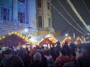 Vedere din București. Înghesuială de weekend în Târgul de Crăciun, zona statuilor de la Universitate. Foto cu telefonul: Călin Hera