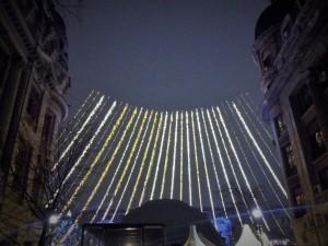 """Vedere din București. """"Miting aviatic"""" în Târgul de Crăciun, zona statuilor de la Universitate. Foto cu telefonul: Călin Hera"""