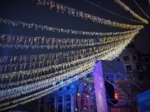 Vedere din București. Dâre de lumină în Târgul de Crăciun, zona statuilor de la Universitate. Foto cu telefonul: Călin Hera