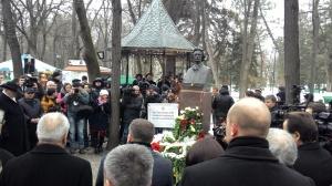 Vedere din Chișinău. Tradiționalele depuneri de coroane de flori la bustul lui Eminescu. Sursa: jurnal.md