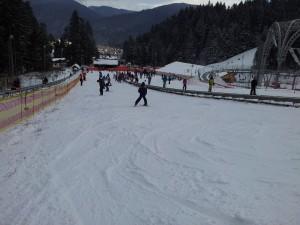 Lecții de schi pe pârtia pentru începători, Bușteni. Foto cu telefonul: Călin Hera