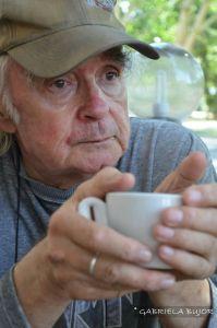 Poetul Emil Brumaru (cu o ceașcă de cafea în mână). Sursa: Facebook/Gabriela Bujor