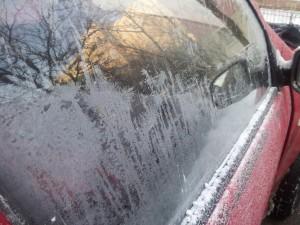 Gerul văzut prin lentila aparatului de fotografiat. Ger și zăpadă în parcarea dintre blocuri. Foto: Călin Hera