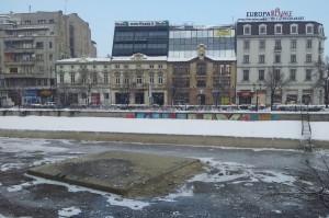 Vedere din București, Piața Unirii. Dâmbovița secată, plină de pescăruși., înspre Palatul Parlamentului. Foto: Călin Hera