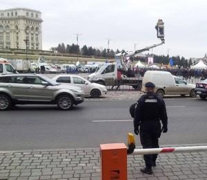 Macara TV și jandarm la mitingul Antenelor. Foto: Călin Hera