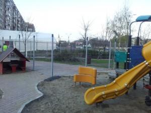 Vedere din București. Loc de joacă tăiat în două. Foto: Călin Hera