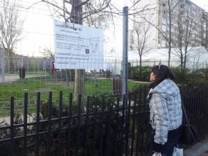 Vedere din București. O mămică încearcă să afle cine i-a furat locul de joacă și de ce. Foto: Călin Hera