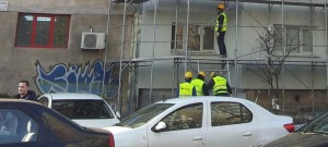 Oameni la baza verticalei de muncitori. Foto: Călin Hera