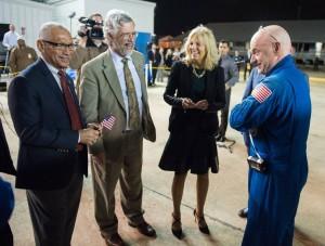 Scott Kelly (dreapta), primit la baza din Houston după ce a stat un an în spațiu. Credit foto: (NASA/Joel Kowsky)