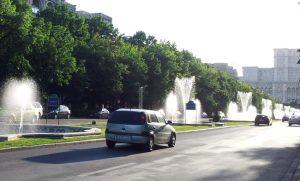 Vedere din București. Fântâni țâșnind pe Bd. Unirii. Foto: Călin Hera