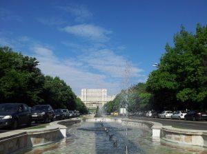 Vedere din București. Fântâni arteziene la Piața Unirii. Foto: Călin Hera