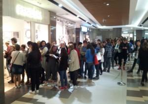 Vedere din București, Coadă la mall Vitan. S-au băgat brățări la Pandora. Foto: Călin Hera