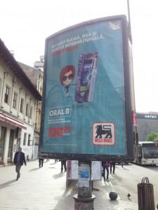 """Vedere din București. Campania """"dar și"""" a magazinelor Mega Image. Foto: Călin Hera"""