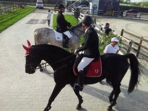 Un cal-călăreț iese din concurs, altul așteaptă să intre. Foto: Călin Hera