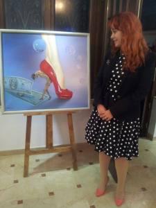 Vedere din București. Mihaela Raluca Tudor, admirând atitudinea unui pantof pictat de Zoltan Lorencz. Foto: Călin Hera