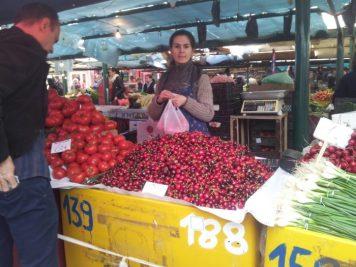 Vedere din București. Roșii, cireșe, ceapă. Foto: Calin Hera