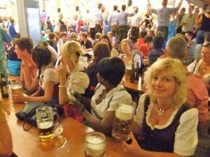 Carmen la Oktoberfest. Fotografia care a ilustrat postarea cu cei mai mulți bloggeri înscriși în celebrul tabel. Sursa: Întrevis și realitate