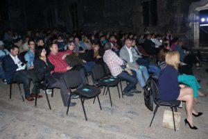 În așteptarea primului film de la Festivalul Filmului European, varianta Hunedoara. Foto: Mircea