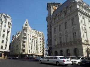 Vedere din București. Limuzina albă din buricul târgului. Lângă hotel Continental. Foto: Calin Hera